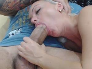 Fellation en webcam : une grosse bite dans sa bouche en direct pour cette amatrice de pipe